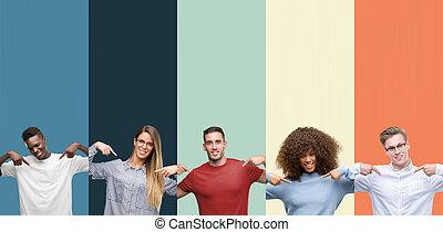 groep, zich, wijzende, mensen, gezicht, ouderwetse , op, trots, vingers, het kijken, zeker, kleuren, achtergrond, glimlachen, happy.