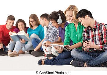 groep, zittende , teenagers., vrijstaand, samen, onbezorgd, uitgeven, terwijl, scholieren, multi-etnisch, tijd, witte