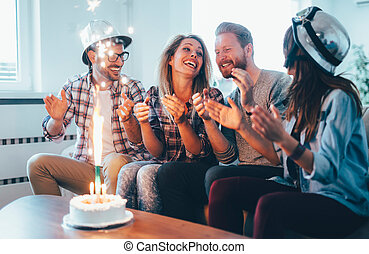 groepering aaneen, vieren, jarig, thuis, vrienden, vrolijke