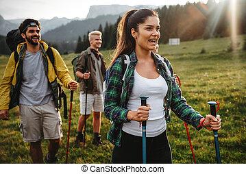 groepering aaneen, vrienden, vrolijke , wandelende, rugzakken