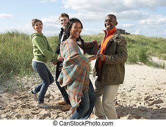 groepering van jonge mensen, hebbend plezier, dancing, op, strand, samen