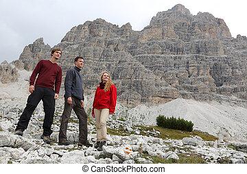 groepering van jonge mensen, in de bergen