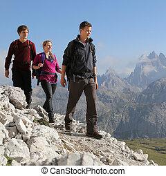 groepering van jonge mensen, wandelende, in de bergen