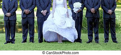 groomsmen, lined, 6, op, bruid, groene, buitenshuis, gras