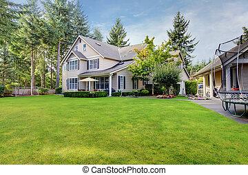 groot, beige, woning, met, achtertuin