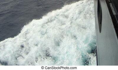 groot, cruiseschip, op, open, sea., golven, het bespaten, op, de, bovenkant, van, ship.
