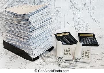 groot, hoop, van, ontwerp, en, plan, werkjes, twee, calculators, en, twee, telephoes, op de tafel, surface., witte , whatman, zijn, achtergrond.
