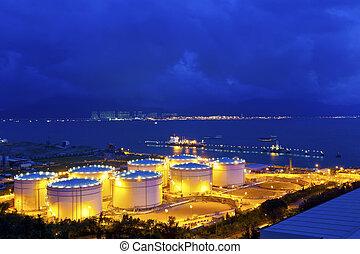 groot, industriebedrijven, olie, tanks, in, een, raffinaderij, op de avond