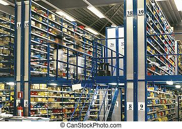 groot, magazijn, opslagruimte, met, dozen, en, planken