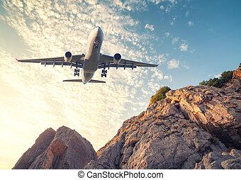 groot, op, vliegen, rotsen, vliegtuig, ondergaande zon , witte