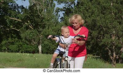 grootmoeder, met, kleinzoon, hebbend plezier, op, fiets, in park