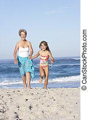 grootmoeder, rennende , met, kleindochter, langs, zandig...