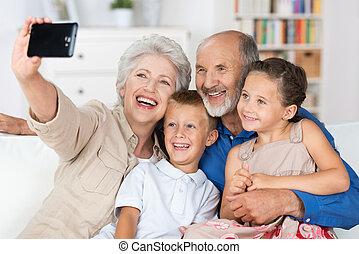 grootouders, en, kleinkinderen, met, een, fototoestel