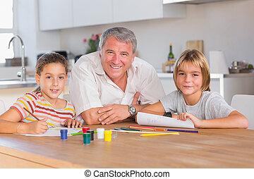 grootvader, en, haar, kleinkinderen, het glimlachen, op, de, fototoestel, met, werkjes, in, keuken
