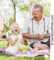 grootvader, en, kleindochter, kleuren, paaseitjes, op, deken, op