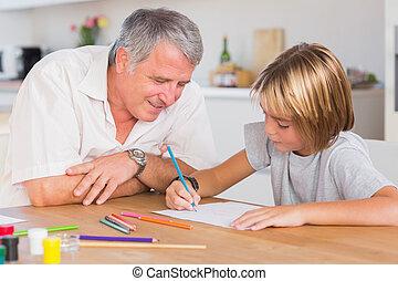 grootvader, kijken naar, de, tekening, van, zijn, kleinzoon