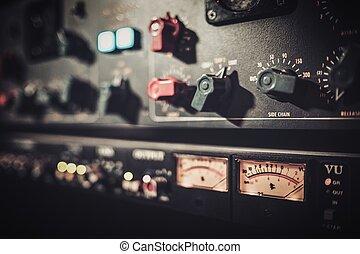 gros plan, équipement, boutique, amplificateur, enregistrement, sliders, boutons, studio.