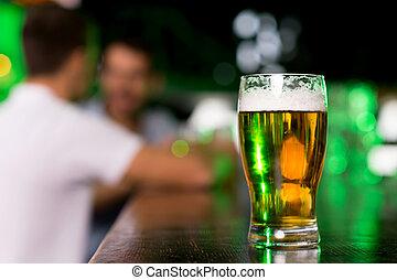 gros plan, barre, verre, beer., gens parler, bière, fond