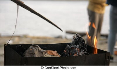 gros plan, brûlé, charbon, brasero, remuer, homme