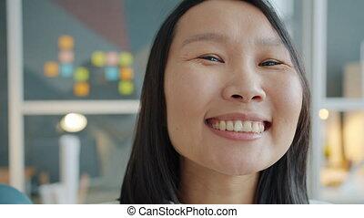 gros plan, bureau, busiesswoman, regarder, portrait, dame asiatique, appareil photo, mignon