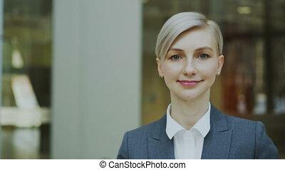 gros plan, bureau, réussi, femme affaires, moderne, regarder, appareil photo, portrait, blond, sourire