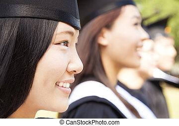 gros plan, camarades classe, université, diplômé, femme, sourire