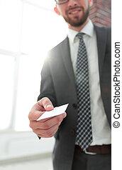 gros plan, card., bureau, donner, photo, homme affaires, grenier
