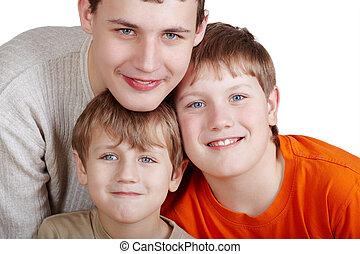 gros plan, coloré, trois, garçons, sourire, poprtrait, t-shirts.
