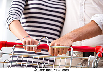 gros plan, couple, supermarché, mains