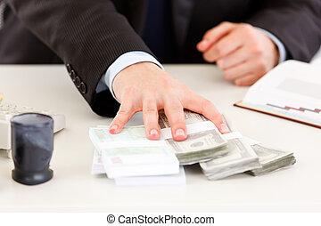 gros plan, de, business, main homme, argent donnant, paquets