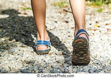 gros plan, de, chaussures sport, sur, piste, marche, dans, montagnes, sur, pierres, dehors, activité