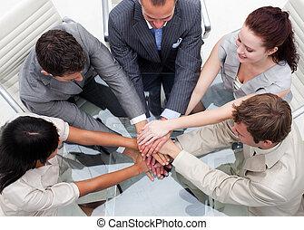gros plan, de, equipe affaires, à, mains, ensemble., collaboration