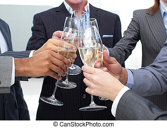 gros plan, de, equipe affaires, grillage, à, champagne