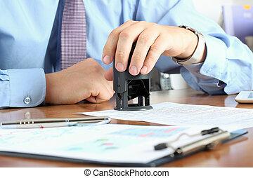 gros plan, de, homme affaires, main, urgent, a, timbre, sur,...