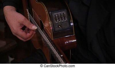 gros plan, de, une, italien, homme, jouer, dans, les, église, sur, a, guitare