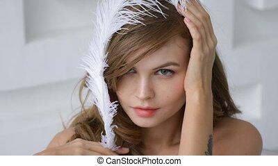 gros plan, elle, tête, girl, plume blanche
