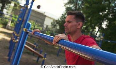 gros plan, extérieur, sportif, gymnase, -, poussée, augmente, exercice, homme