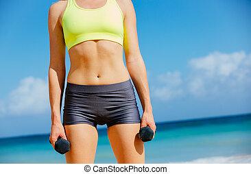 gros plan, femme, barres disques, tenue, fitness, torse