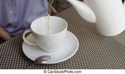 gros plan, femme, cup., thé, verser, théière