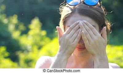 gros plan, femme, demande, elle, jeune, sunscreen, sun., figure