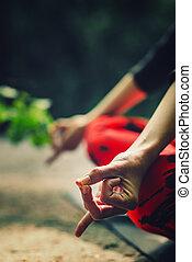 gros plan, femme, detail., parc, méditer, jeune, mains, méditation