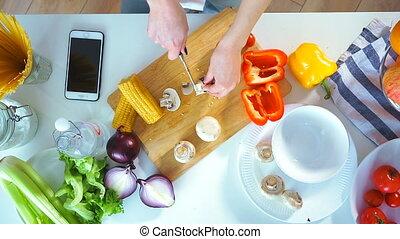 gros plan, femme, légumes, jeune, découpage, vue dessus