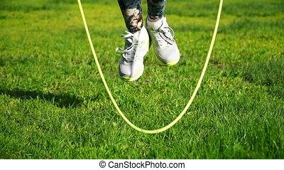 gros plan, femme, métrage, parc, corde, sauter, sauter