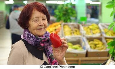 gros plan, femme, poivre, personnes agées, supermarket., tenue, rouges