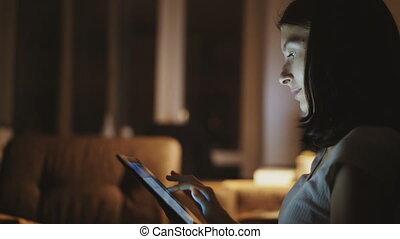 gros plan, femme, tablette, jeune, surfer, informatique, nuit, maison