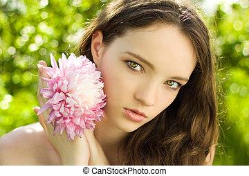 gros plan, fleur, fond, vert, adolescent, jolie fille