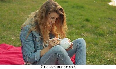 gros plan, fleurs, cup., séance, peintures, evening., ornement, dessin, femelle transmet, modèle, girl, herbe, blanc