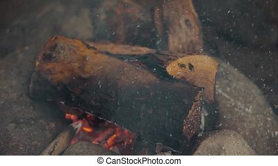 gros plan, fly., journaux bord, brûlé, brûler, couver, éventer, fire., cendres, bois, flamme, 4k, video., stones.