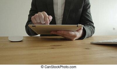 gros plan, fonctionnement, business, fragment, ordinateur portable, graphiques, appareil, tampon, tablette, complet, vue frontale, homme