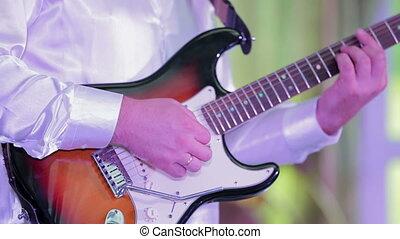 gros plan, guitar., jouer, homme